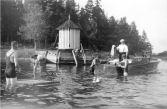 Vesiurheilua hirsiarkkulaiturin edustalla 1920-luvulla, Kuva: museovirasto