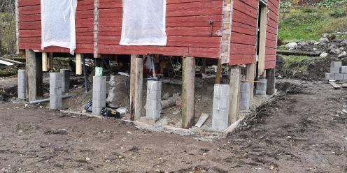 Vanhat perustukset on purettu ja uudet pilariperustukset ovat paikallaan. Alimmat lahot hirret on poistettu. Vielä meni muutama lisähirsi vaihtoon.
