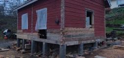 Rakennusta on nostettu kauttaaltaa ja muutama hirsi on vaihdettu.